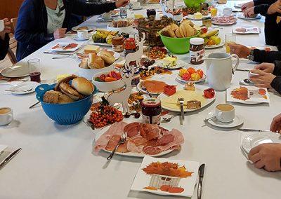 Tisch für gemeinsames Frühstück